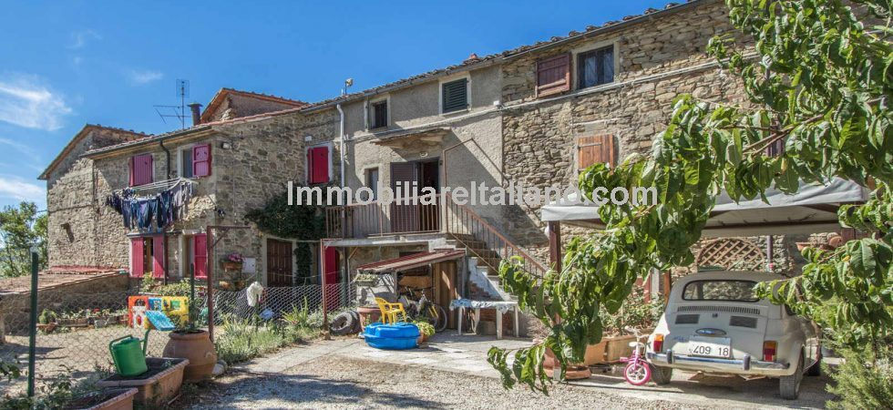 Cheap Tuscan property near Anghiari comprising a 2 bed apartment with land in quiet, peaceful countryside location.