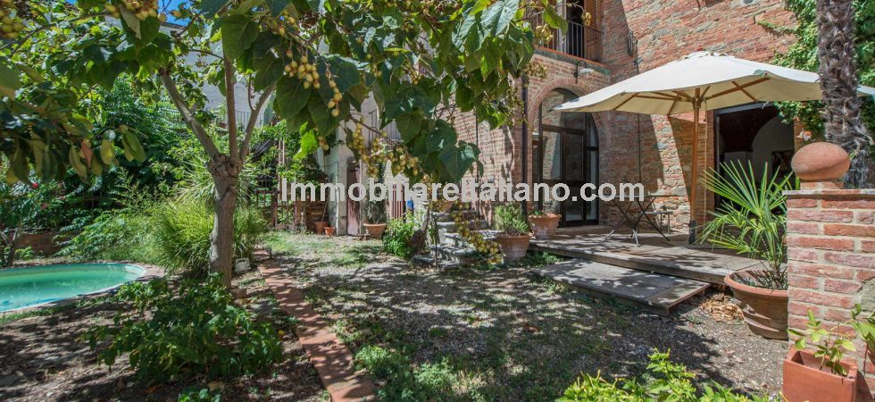 Spacious, quiet Tuscan town centre apartment inside a historical palace, two minutes from the central square of Sinalunga. 2/3 bed restored apartment with garden and terrace.