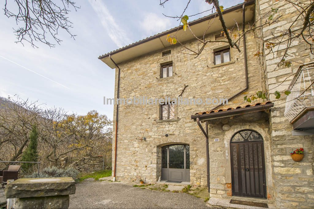 External view of house in Tuscany for sale