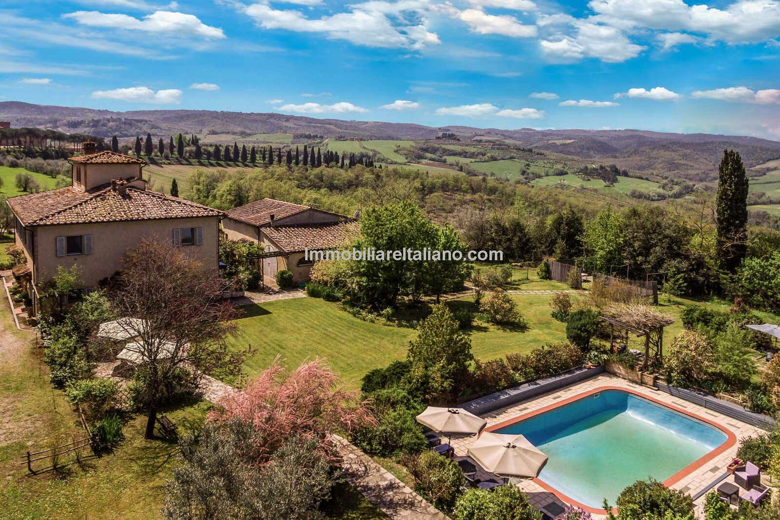 External view, Tuscan Bed and Breakfast property and pool