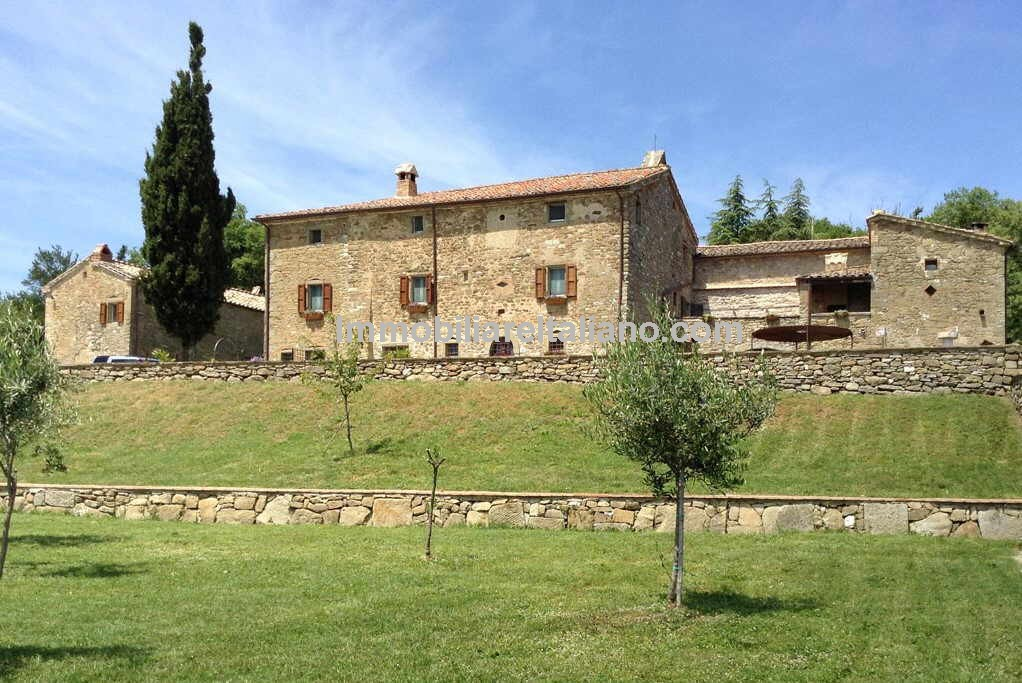 Umbria farmhouse with guest house