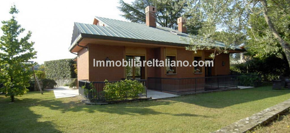 Surprisingly spacious Florence villa with private garden and garage for sale, just 1 km from Porta Romana and Palazzo Pitti while the Ponte Vecchio is 3 km away.