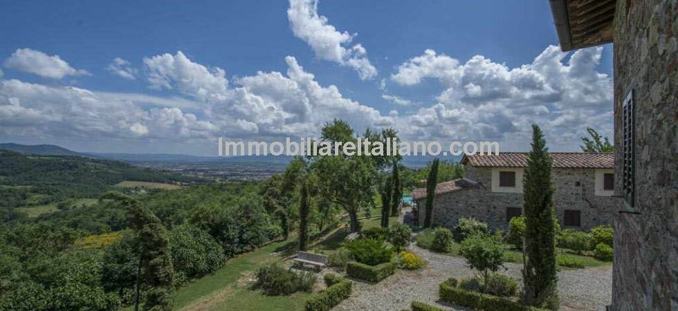 Stunning views, faultless presentation and totally refurbished... and a property that you will have to visit to appreciate fully! 5 bed Tuscan Farmhouse with guest house (divided into a 3 bed and 1 bed apartment), swimming pool, olive grove and land and a Pitch & Putt golf course