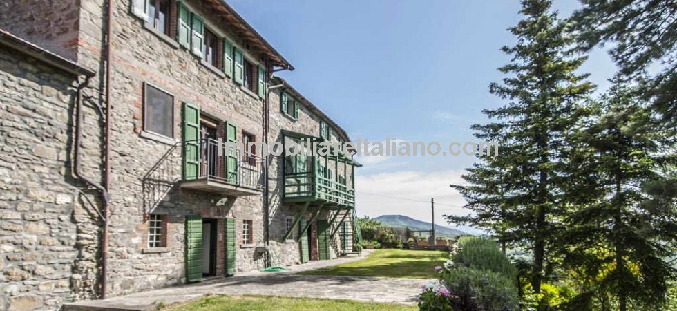 Restored property in Tuscany with great views, 8 bedrooms, 10 bathrooms, swimming pool and gardens. ideal for B&B, small hotel, holiday rentals or a large/2 family home.