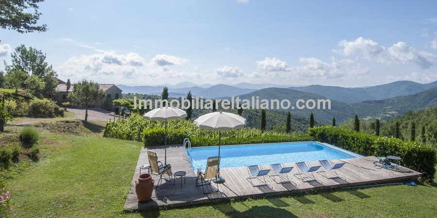 Cortona Tuscany vineyard property, a traditional Tuscan property which has been restored to provide a comfortable home tucked away in the countryside. 3 bedrooms, pool, gardens and 8,5 hectares (21 acres). Woodland, agricultural land and 5000 square metres of vineyard.