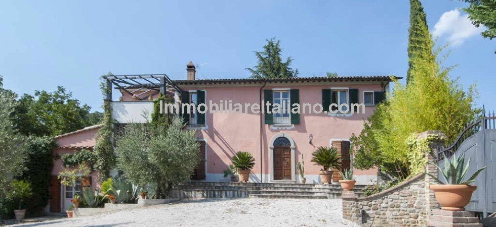 This real estate for sale in Umbria comprises a finely restored villa with 4 bedrooms, 1 hectare (2.47 acres) of park garden, swimming pool and magnificent panoramic views.
