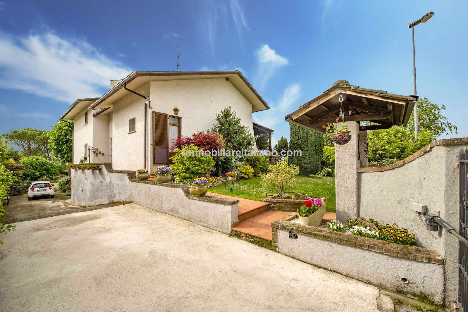 External view of Bargain priced property in Italy - Detached villa home with garden