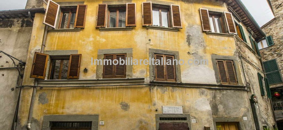 Cheap apartment for sale in Tuscany. 2 bedroomed apartment in Anghiari Tuscany with panoramic views. Would benefit from some renovation and modernisation.