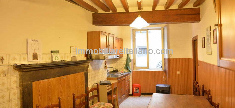 This 3 bed Anghiari apartment is in a good central location and has original features but needs an imaginative new owner to use a little imagination and flair to update it for the 21st century.