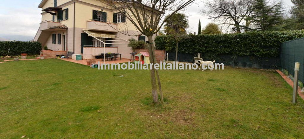 Anghiari apartment with garage and garden. Modern apartment 2/3 beds in a villa of 4 apartments. Walking distance to Anghiari centre.