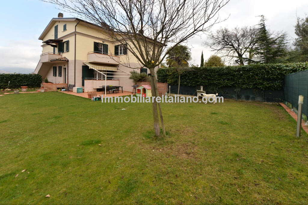 Anghiari apartment with garage and garden