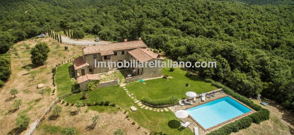 Farmhouse in Tuscany with courtyard, swimming pool, woodland and olive grove. Restored private home with superb views over the Siena countryside.