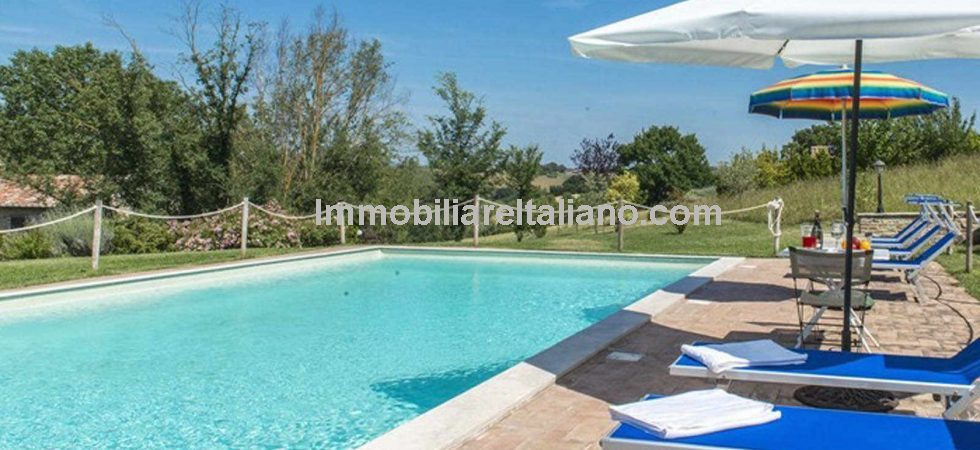 This Umbria farmhouse with pool and land has been fully restored and has 5 bedrooms and bathrooms. Near to Marsciano the property has panoramic views, enjoys great privacy and an excellent sun exposure.