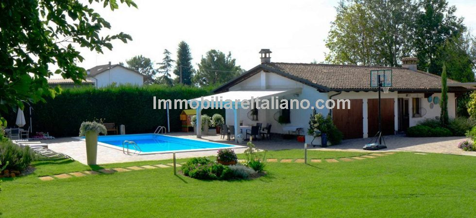 Ravenna villa property. Close to Ravenna and the Adriatic coast is this 3 bed villa with 2 bed dependance, gardens with pool for sale.