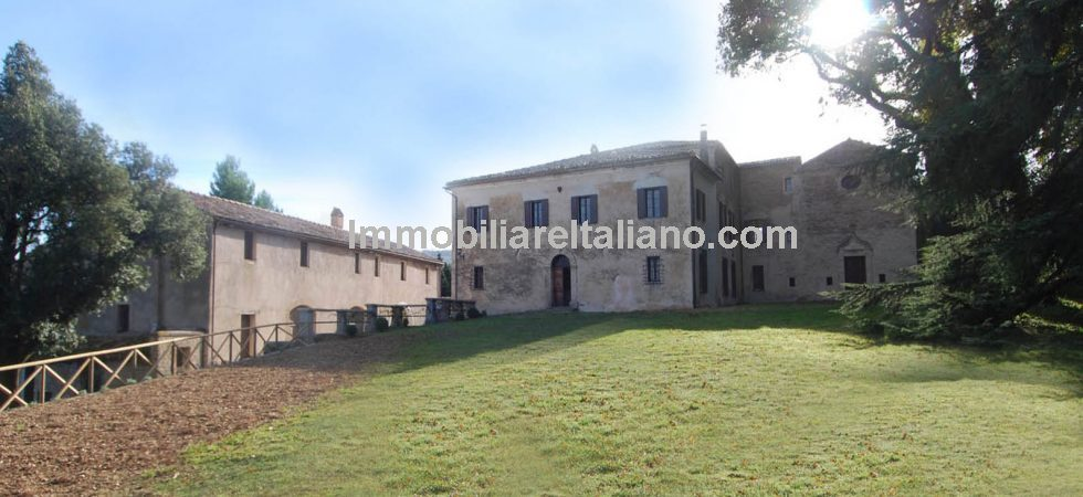 This Marche estate near Arcevia offers an ideal opportunity to purchase a historic property with potential. Manorial villa with private chapel, farmhouses, cantina, storehouses, stables and 36 Ha land.