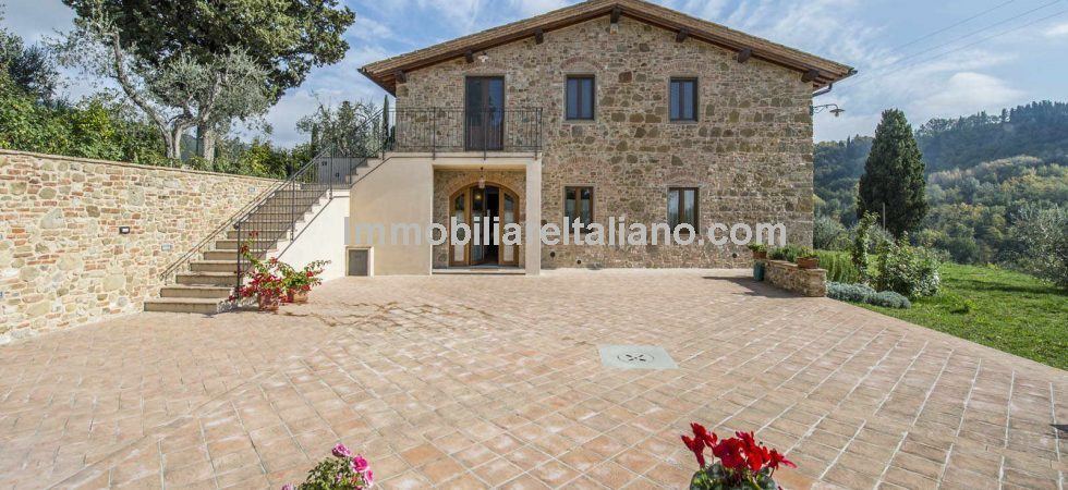 Restored Certaldo farmhouse property for sale with 3.1 hectares (7.66 acres) of land and gardens. Finely restored, maintaining its original features and paying attention to energy efficiency.