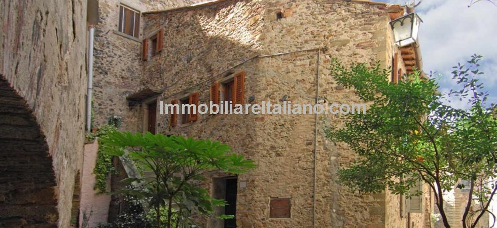 Anghiari apartment property with three bedrooms and three bathrooms. Partially restored allowing you to put your own stamp on this historic property.