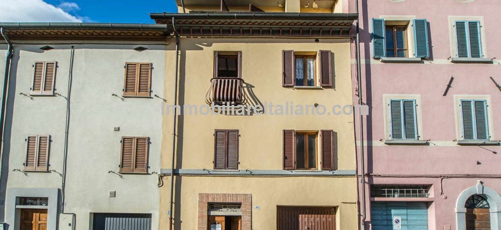 Are you looking for a property to renovate in Italy? If so, this is an ideal first time buyer project. Good location in Città di Castello Umbria. Not too much work needed to bring this townhouse into the 21st century.