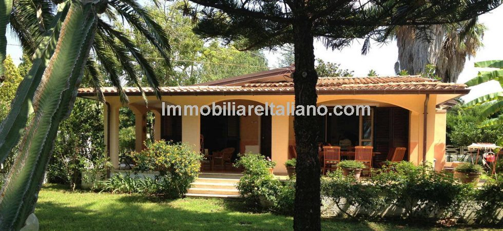 3 km from the centre of Ricadi in Calabria, private villa on large plot with garden and for sale furnished. 5 mins walk from the sea.