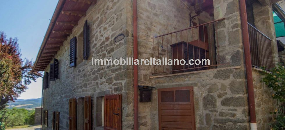 Cheap Tuscan property comprising a compact two bed apartment (2 floors) which has been restored. Panoramic location close to Caprese Michelangelo.