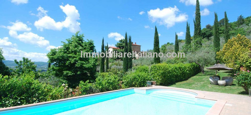 Arezzo Tuscany panoramic villa for sale. Lovely large (8 bedrooms) fully restored property with great hill top panoramic views, pool, gardens and olive grove.
