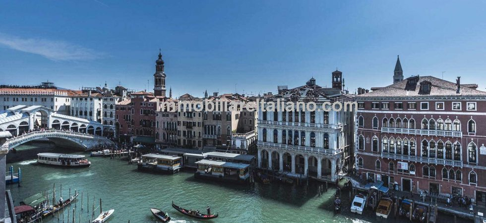 Venice property for sale comprising a large prestige 3 bed 3 bath apartment with terrace and a wonderful view on the Ponte di Rialto.