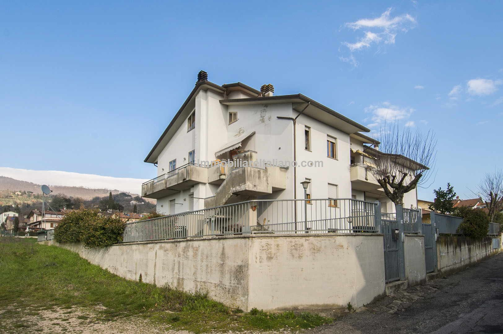 This Tuscany real estate comprises a large 3 bed (possible for an additional bedroom) apartment with 4 terraces, garage and garden, just a 5-minute drive or 15-minute walk into the centre of Sansepolcro.