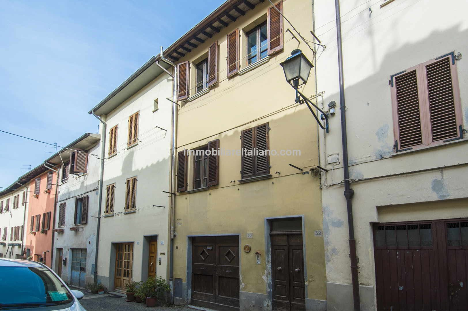 Typical Tuscan townhouse property located in the medieval town of Sansepolcro. A nice location which is easily reached and close to all amenities and facilities. This property has 2 bedrooms and unusually for a town centre property, a very useful garage.