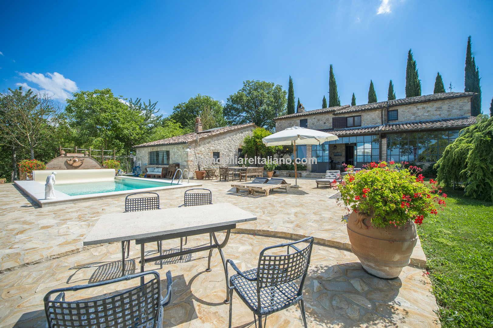 Large Italian home with pool, ideal for family year-round use, holiday home, rentals or small B&B. Near to Todi in Umbria