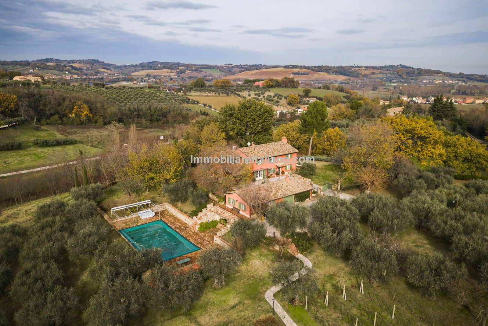 External view of Le Marche villa for sale