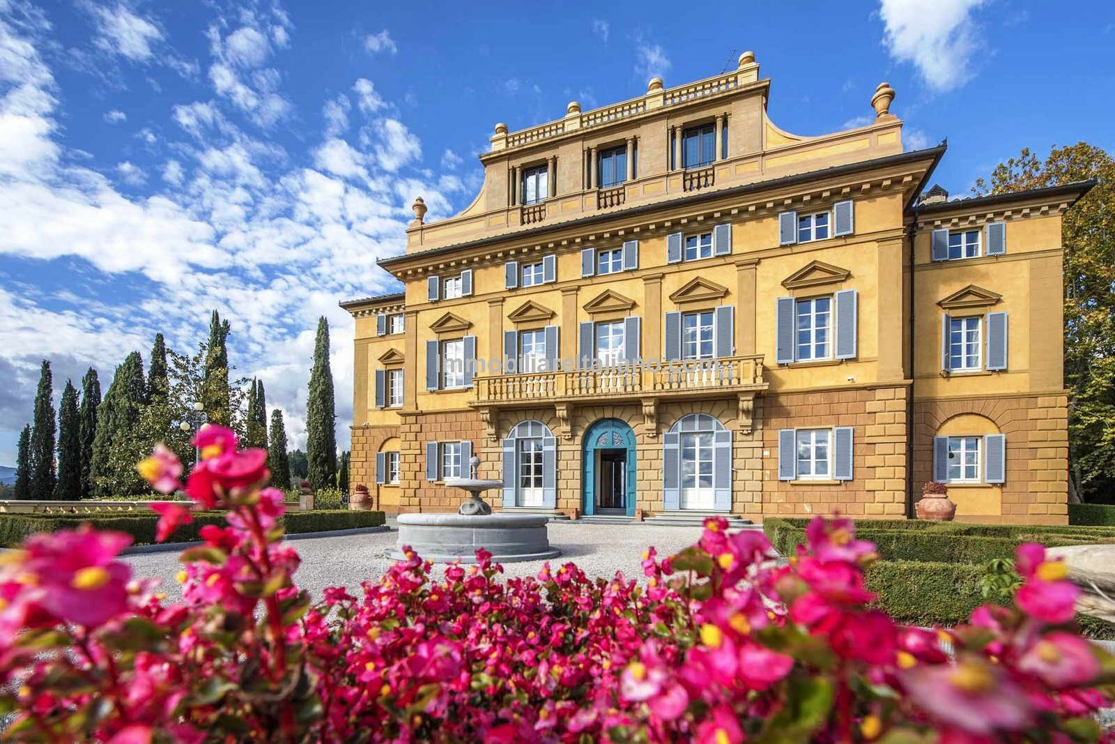 front view of Villa in Tuscany for sale