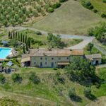 Farmhouse with pool, land and vineyard